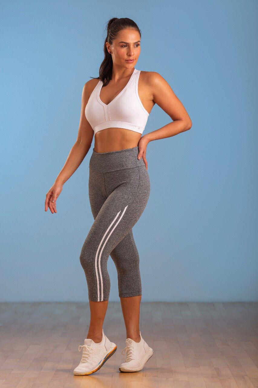 Calça Corsário Fitness Cinza Com detalhe lateral branco
