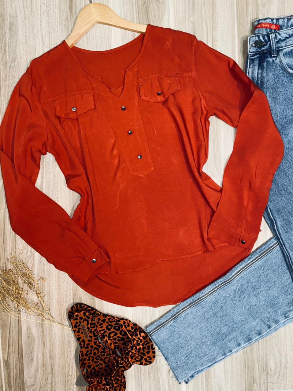 Camisa Manga Longa Decote V com Bolso Falsos Florença Terra
