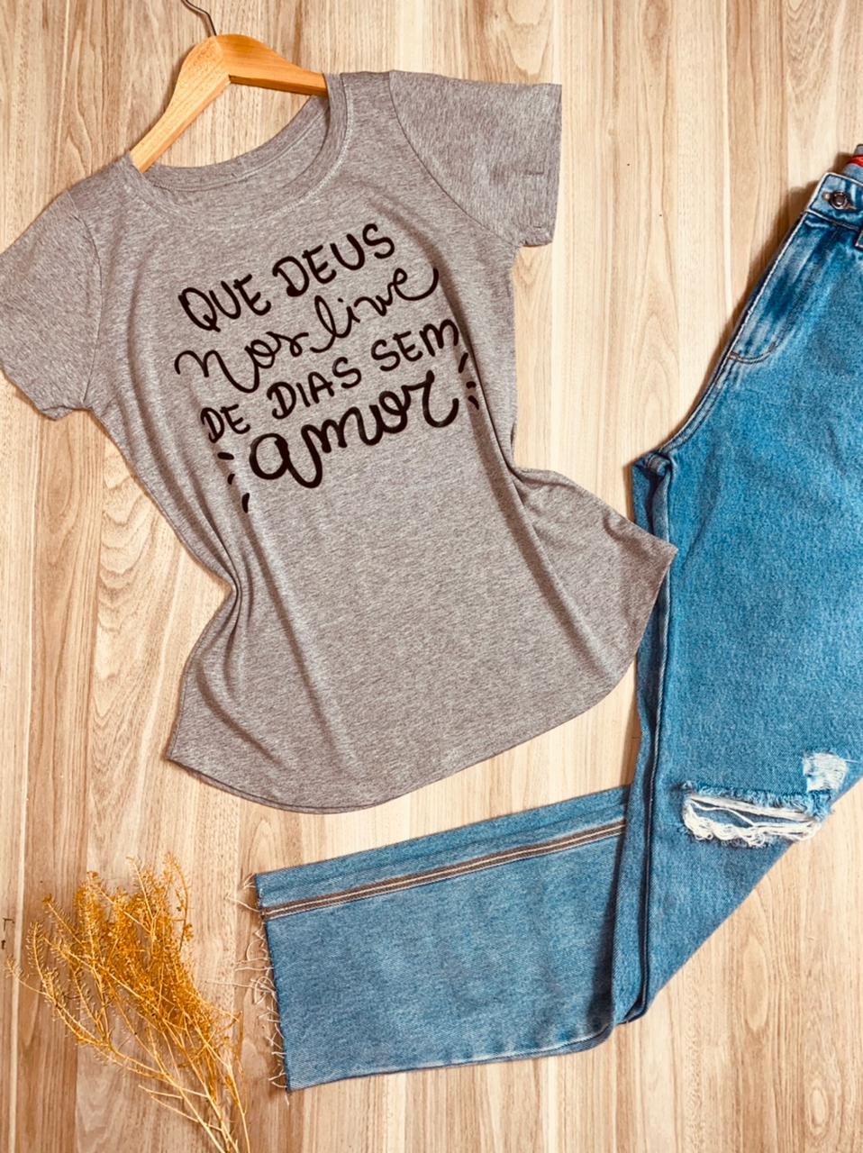 T-shirt Que Deus nos livre de dias sem amor