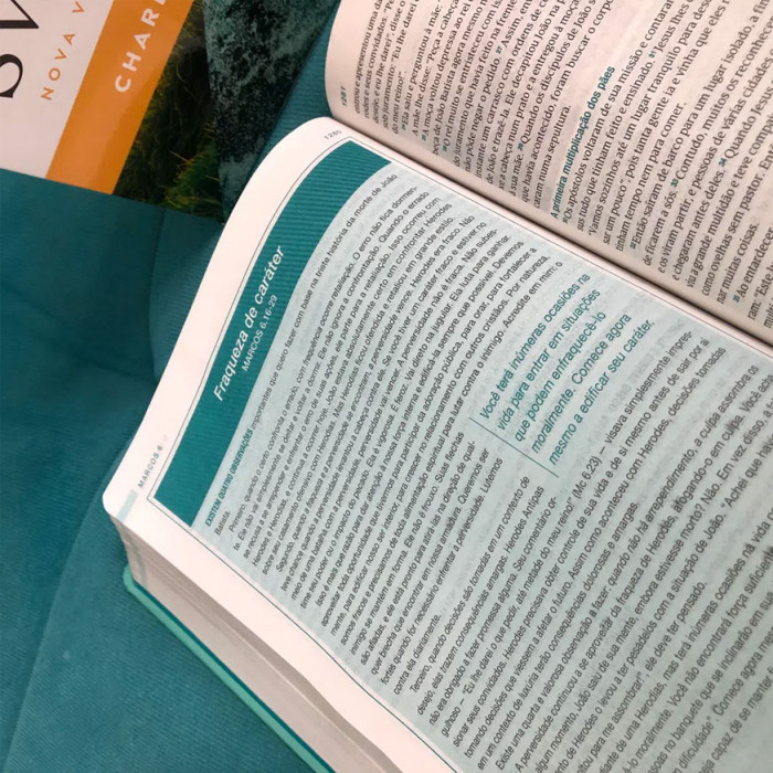 BÍBLIA DE ESTUDO SWINDOLL AQUA  - Universo Bíblico Rs