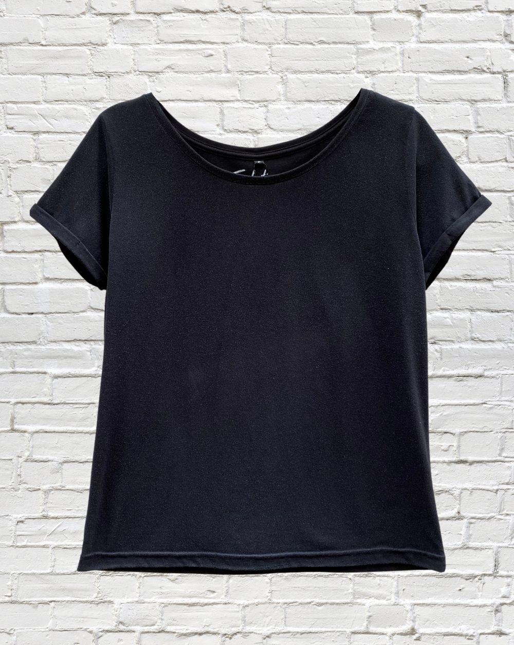T-Shirt Preta Básica Gola Canoa