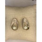 Brinco oval ródio prata com pérola
