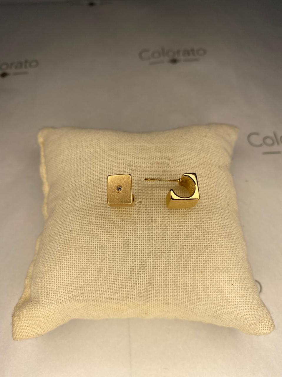 Brinco cubo dourado com ponto de luz