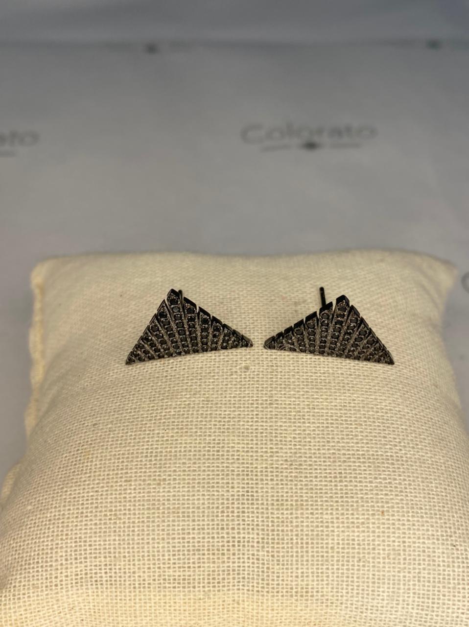 Brinco ródio negro triângulo com zircônias
