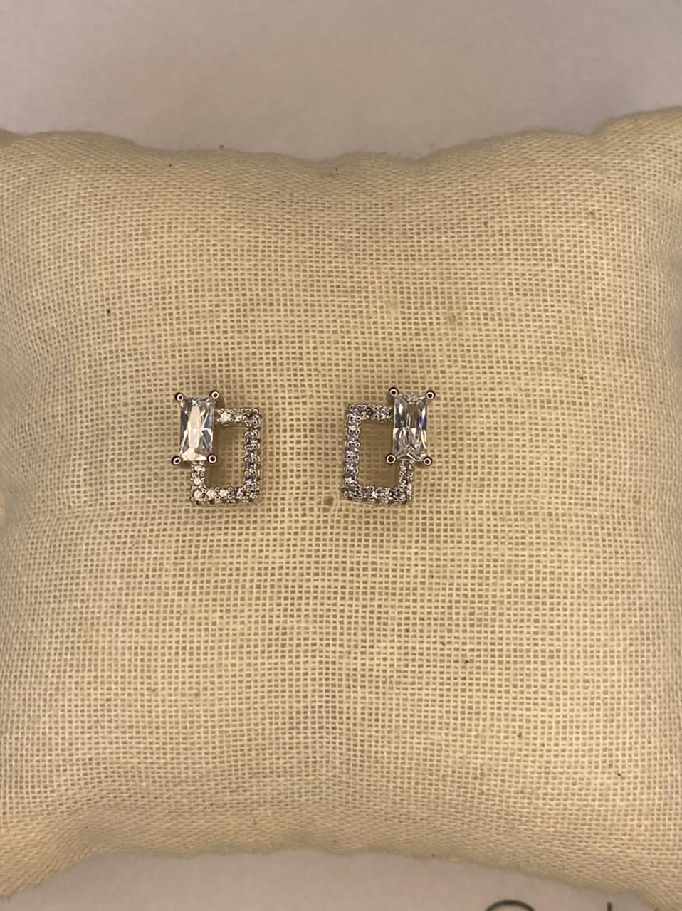 Brinco ródio prata quadrado com zircônias e cristais