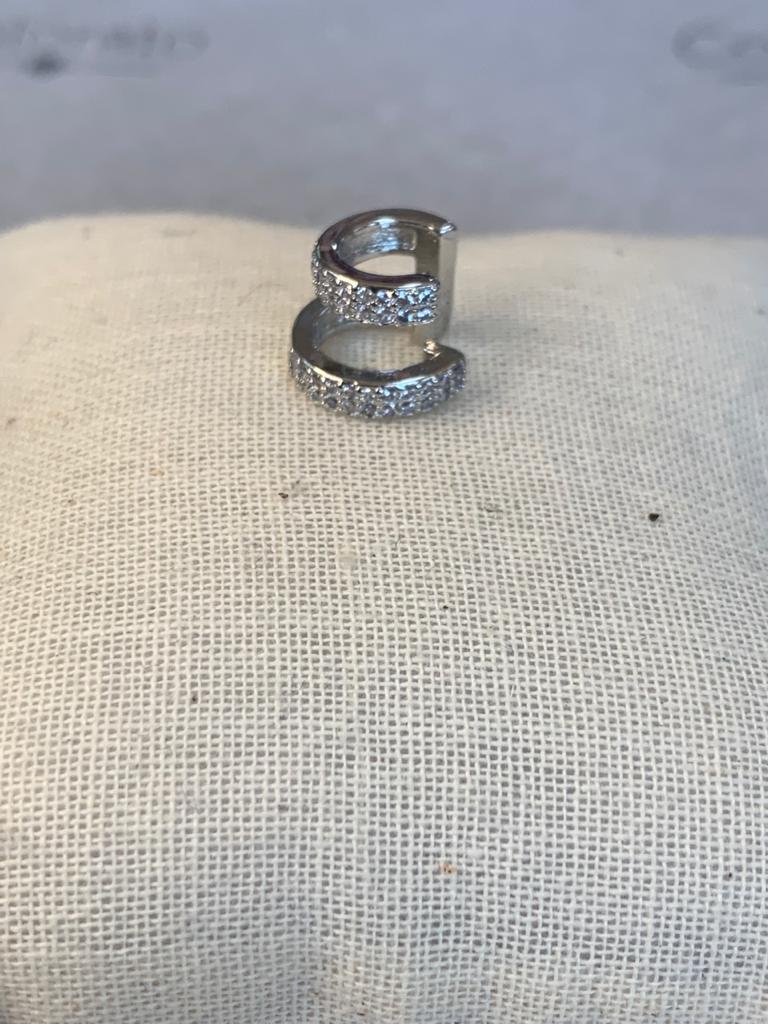Piercing fake com cristais dois arcos