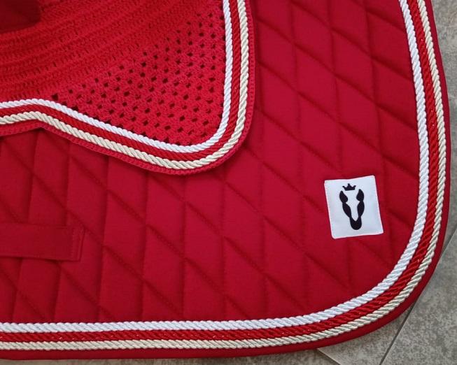 Manta de salto com touca - Vermelha com cordão branco, vermelho e dourado