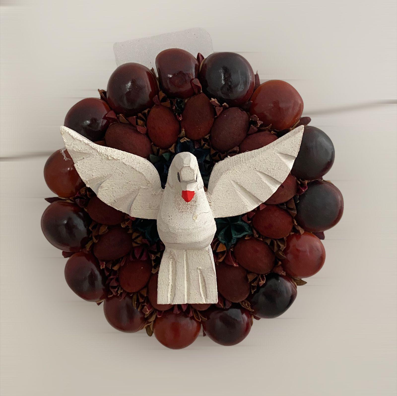 Resplendor Divino Espirito Santo em Madeira Sementes e Olho de Boi