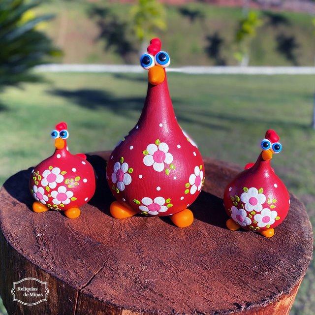 Trio Galinha Vermelhas com Flores Brancas em Cabaça