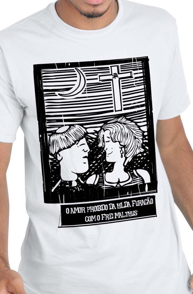 Camiseta Branca O Amor em Cordel: Hilda Furacão e Frei Malthus