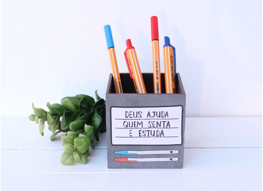 """Porta Lápis """"Deus Ajuda Quem Senta e Estuda"""" PAPELOTE"""