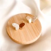 Brinco dourado borboleta lisa e cravejada banho em ouro 18k