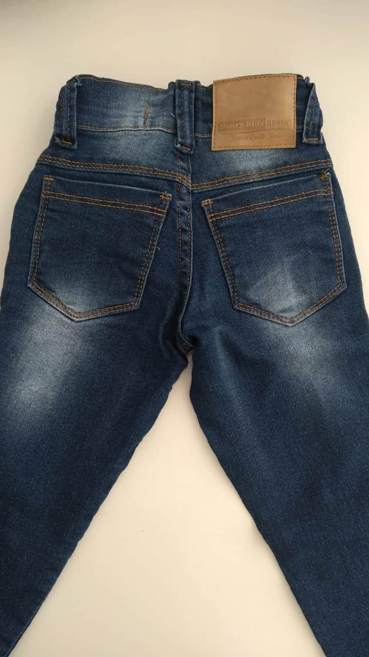 Calça jeans escura rasgos infantil