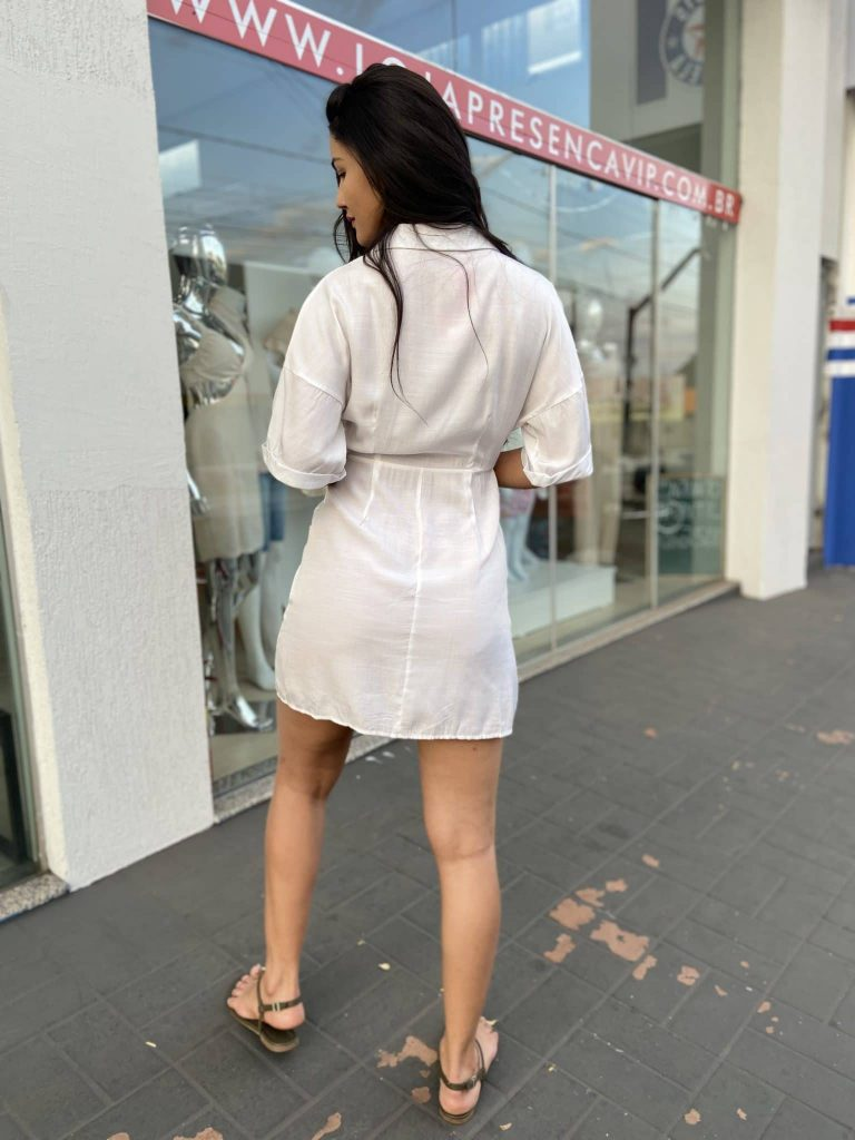 Vestido com bolsos frontais e amarração na cintura