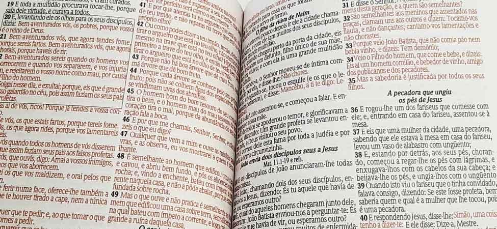 Bíblia Sagrada - LETRAS GIGANTES de fonte pequena - Harpa Cristã - Tamanho Grande -  Palavras em Destaque - Econômica - Almeida - Zíper - Mozáico
