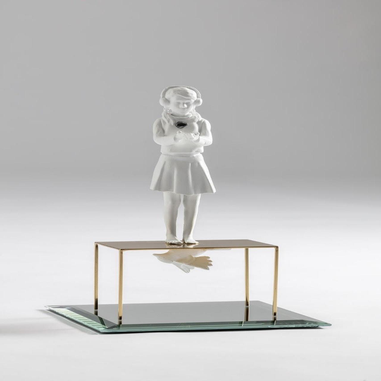 Escultura Menina Fone/Espelho/Mesinha