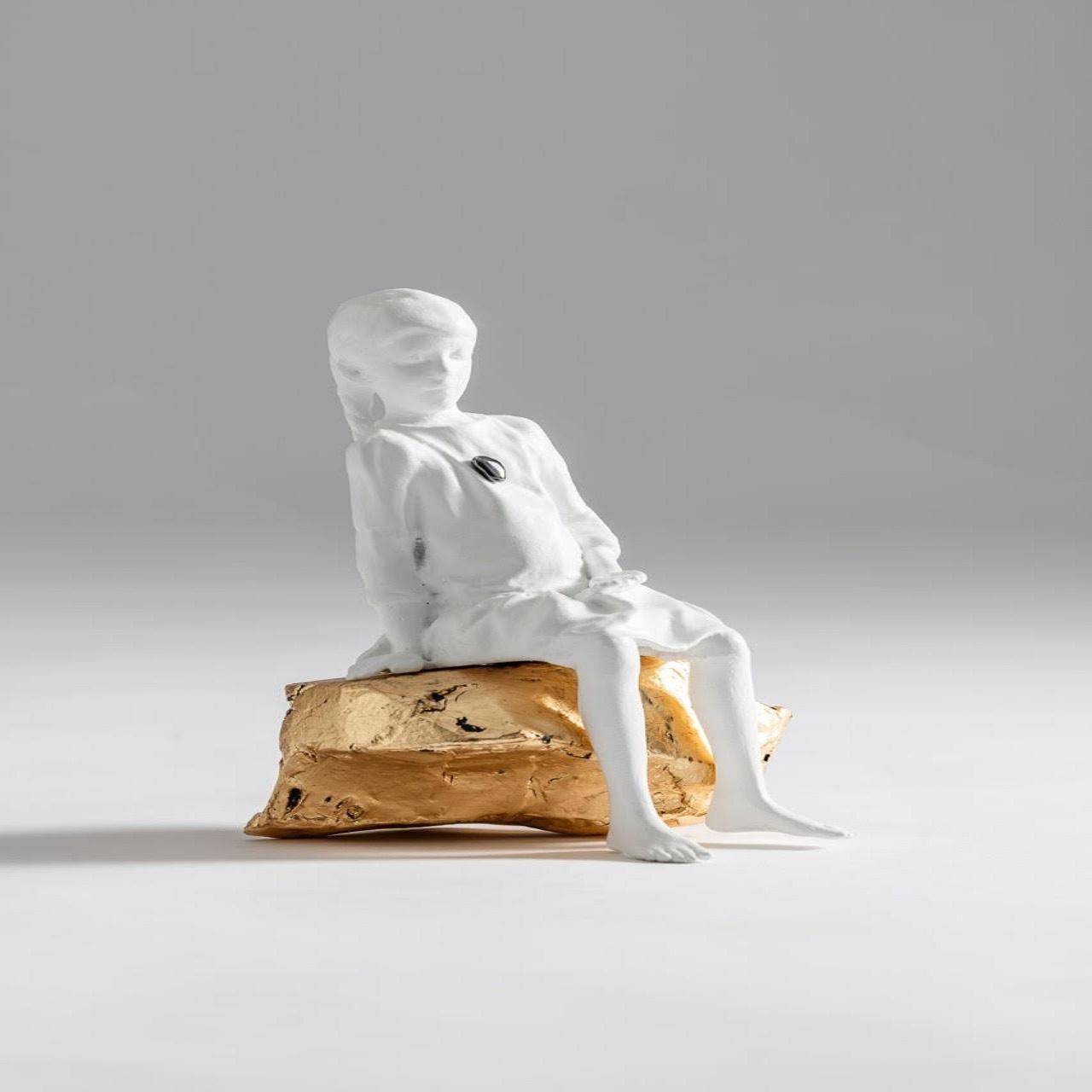 Escultura Menina Sentada Pedra | branca