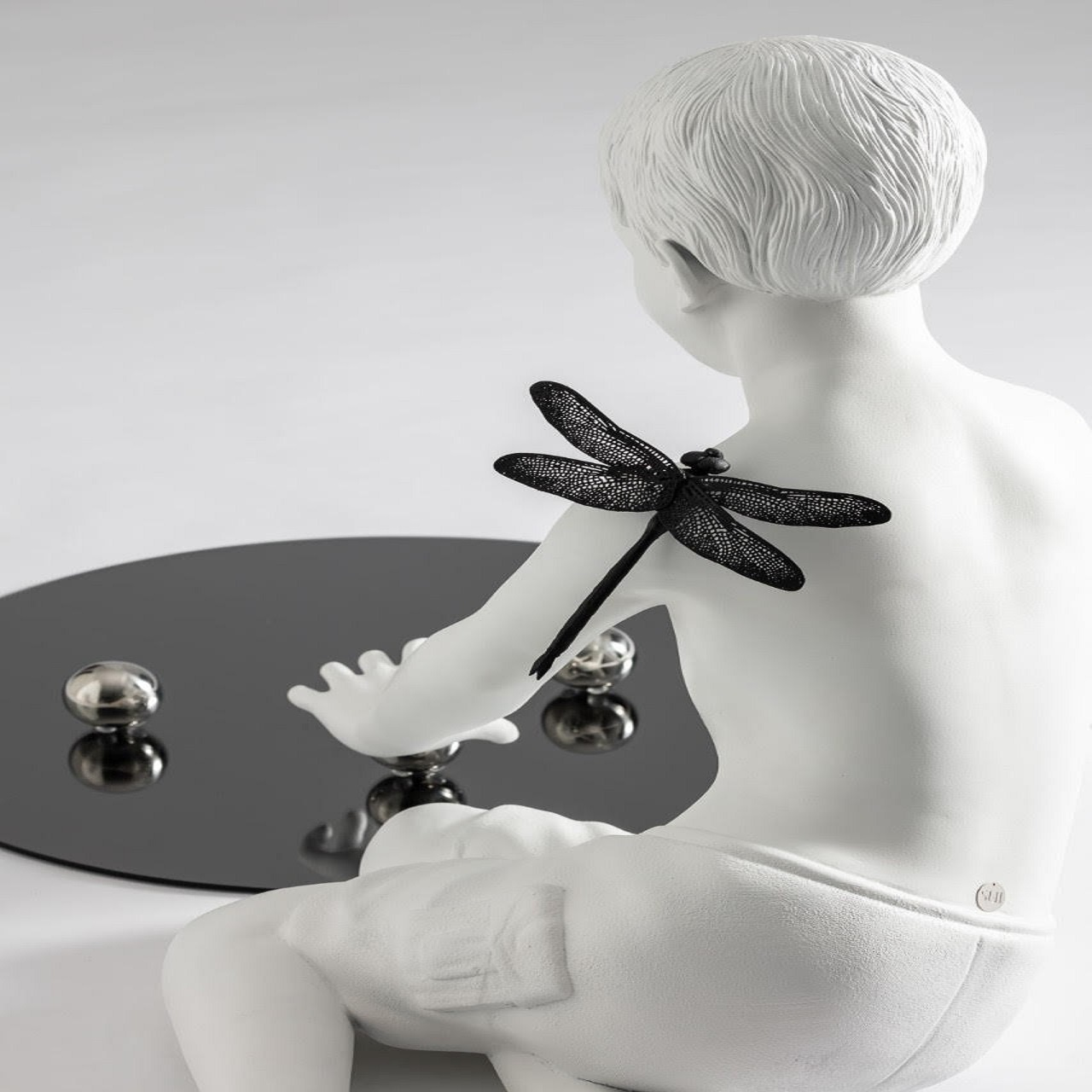 Escultura Menino Libélula | branco