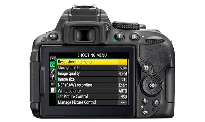 Câmera DSLR Nikon D5300 + Lente 18-140mm + SD 32GB + Bolsa - 24,2MP, Sensor CMOS DX, Vídeo Full HD, D-Lighting, Wi-Fi, GPS, 5 QPS, Tela Rotativa 3´