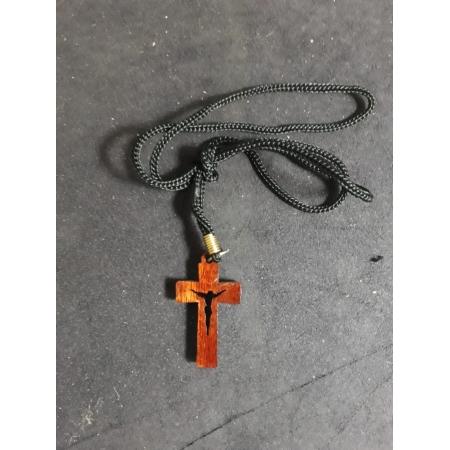 CR15 - Cordão Madeira Cruz Laqueada c/ Cristo Vazado 35mm