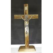 CX14 - Crucifixo Madeira 33cm Medalha São Bento c/ Pedestal