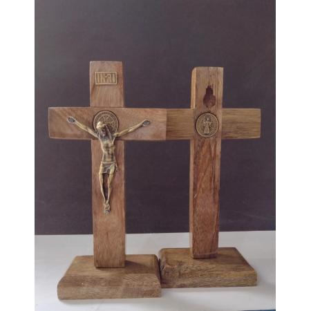 CX29 - Crucifixo Madeira 13cm Medalha São Bento c/ Pedestal
