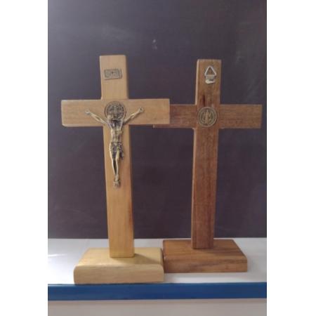 CX32 - Crucifixo Madeira 23cm Medalha São Bento c/ Pedestal