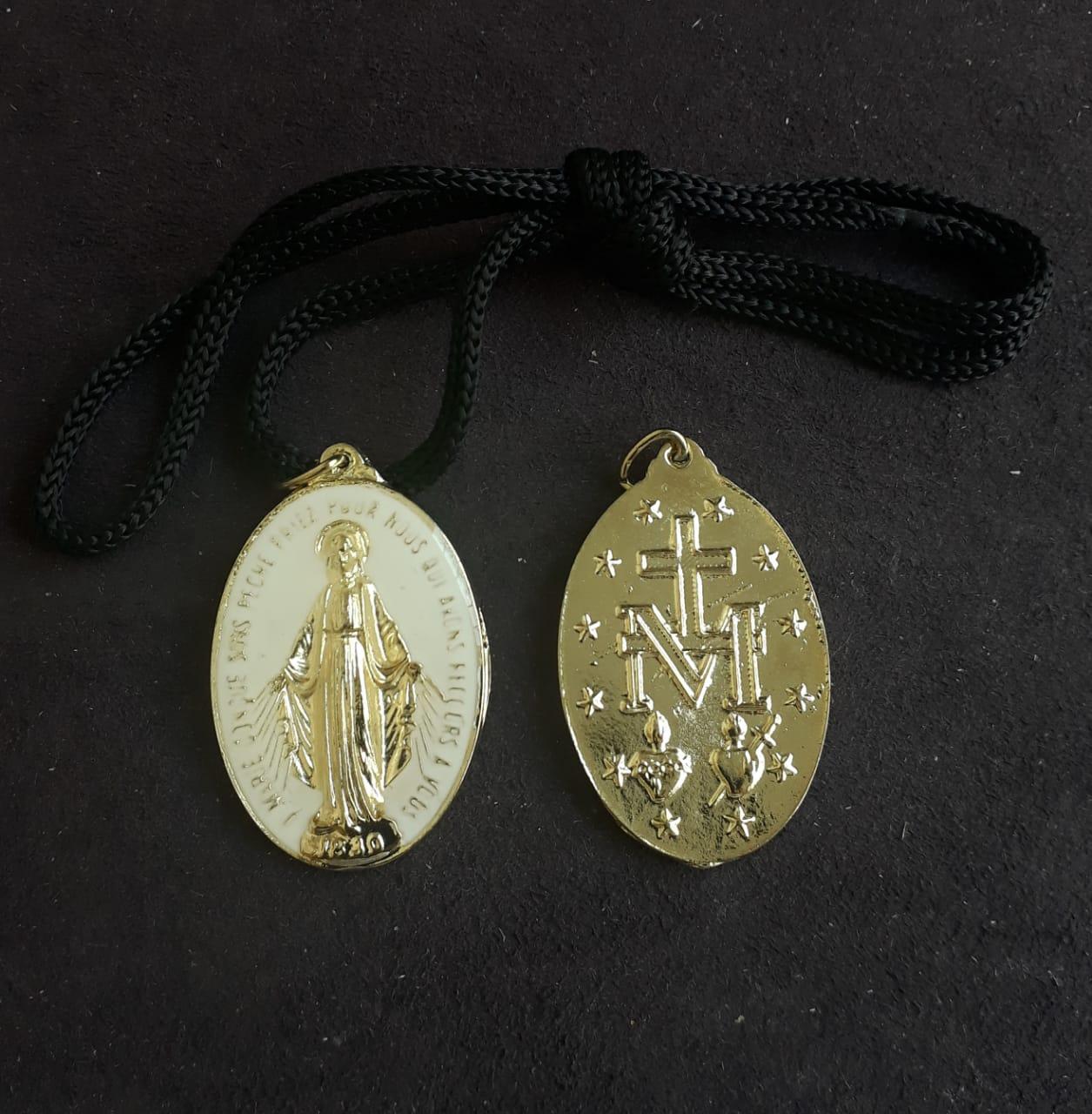 CR01 - Cordão Medalha Nossa Senhora das Graças 5cm Resinado Branco Dourado  - VindVedShop - Distribuidora Catolica