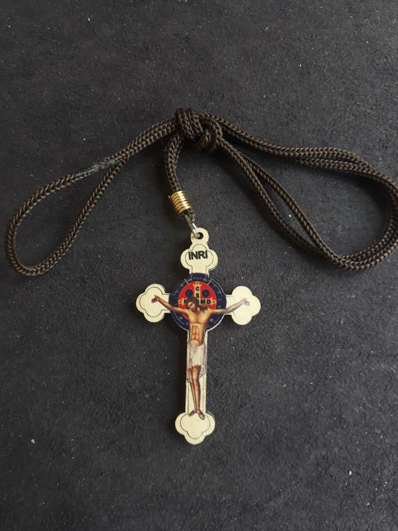 CR104 - Cordão Madeira Cruz São Bento 60mm Marfim  - VindVedShop - Distribuidora Catolica