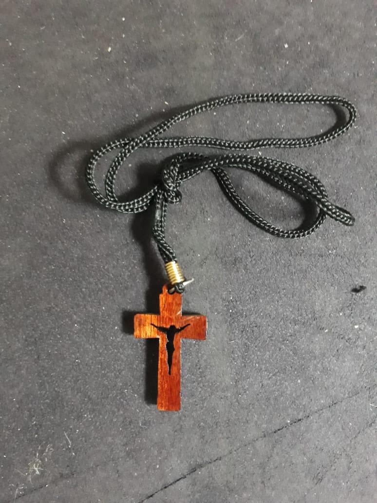 CR15 - Cordão Madeira Cruz Laqueada c/ Cristo Vazado 35mm  - VindVedShop - Distribuidora Catolica