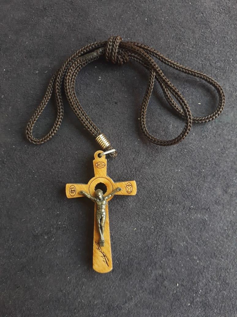 CR47 - Cordão Cruz Madeira Vazada Marfim 51mm  - VindVedShop - Distribuidora Catolica