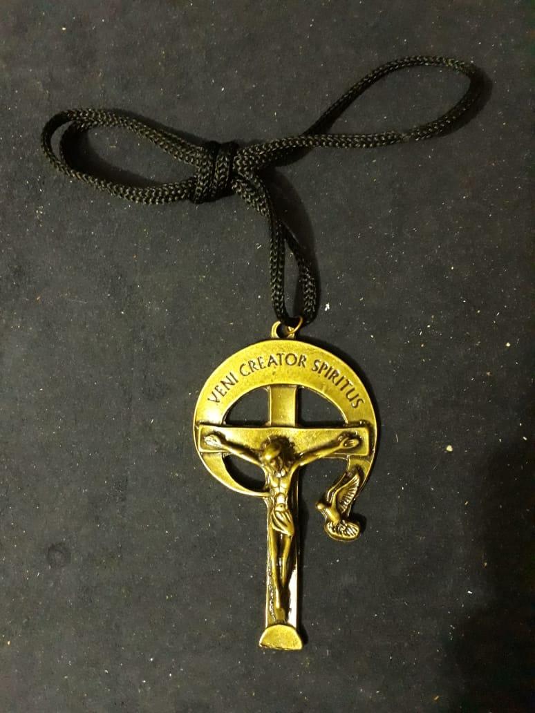 CR99 - Cordão Metal Cruz RCC Veni Creator Spiritus 80mm Ouro Velho  - VindVedShop - Distribuidora Catolica