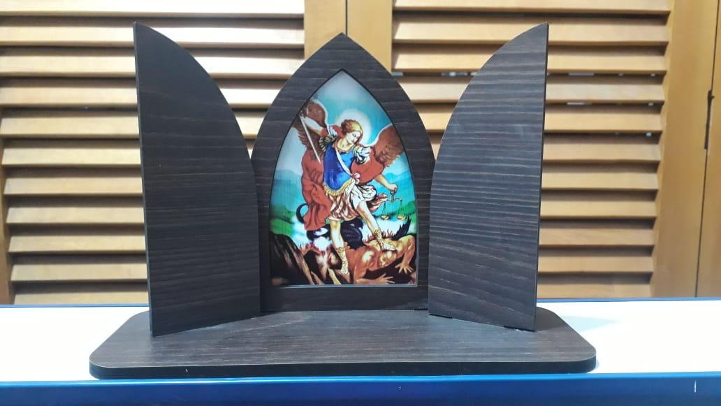 CT12 - Capela Madeira c/ Porta São Miguel Arcanjo 16cmX24cmX9cm  - VindVedShop - Distribuidora Catolica