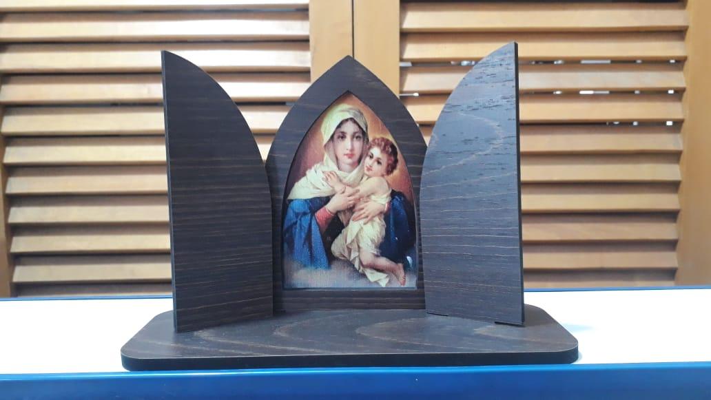 CT13 - Capela Madeira c/ Porta Fixa Mãe Rainha 13cmX19cmX7cm  - VindVedShop - Distribuidora Catolica