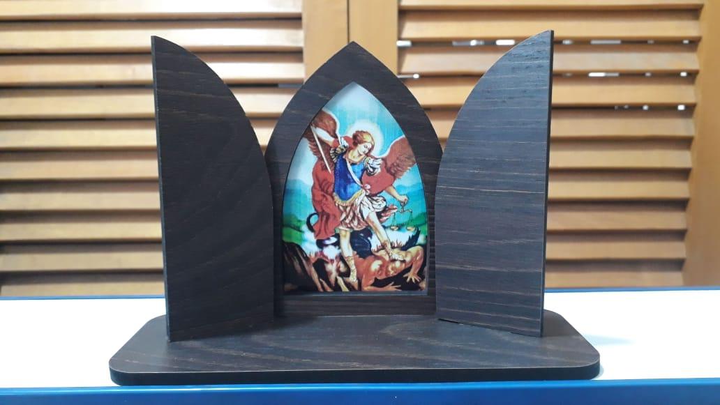 CT14- Capela Madeira c/ Porta Fixa São Miguel Arcanjo 13cmX19cmX7cm  - VindVedShop - Distribuidora Catolica