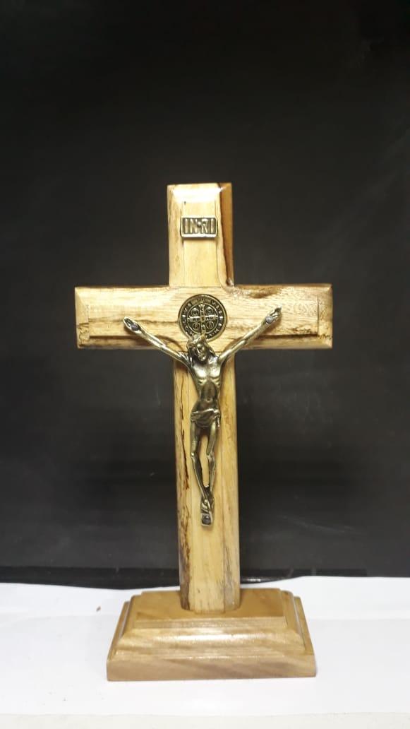 CX09 - Crucifixo Madeira Medalha São Bento 18cm c/ Base  - VindVedShop - Distribuidora Catolica