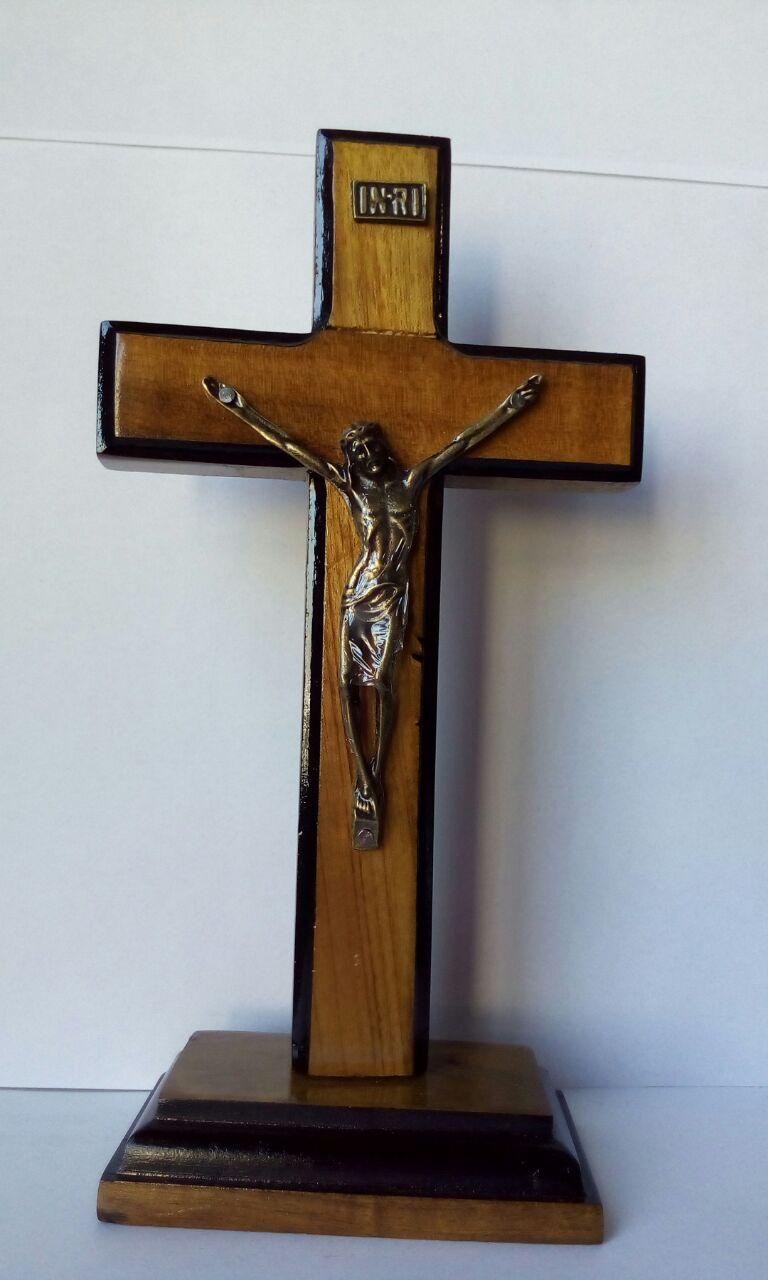 CX21 - Crucifixo Madeira 17cm Contorno c/ Pedestal  - VindVedShop - Distribuidora Catolica