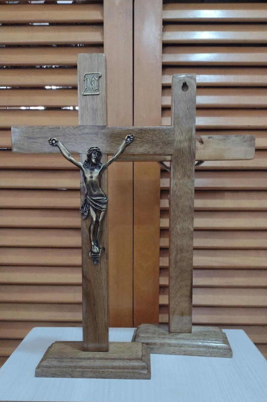 CX37 - Crucifixo Madeira Liso 35cm c/ Pedestal  - VindVedShop - Distribuidora Catolica