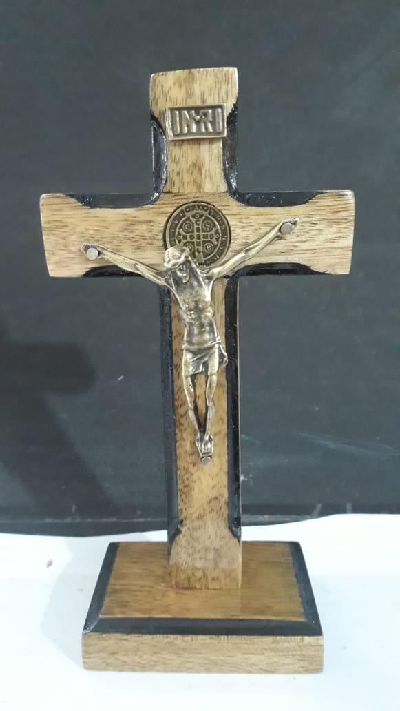 CX46 - Crucifixo Madeira Medalha São Bento Contorno 13cm c/ Base  - VindVedShop - Distribuidora Catolica