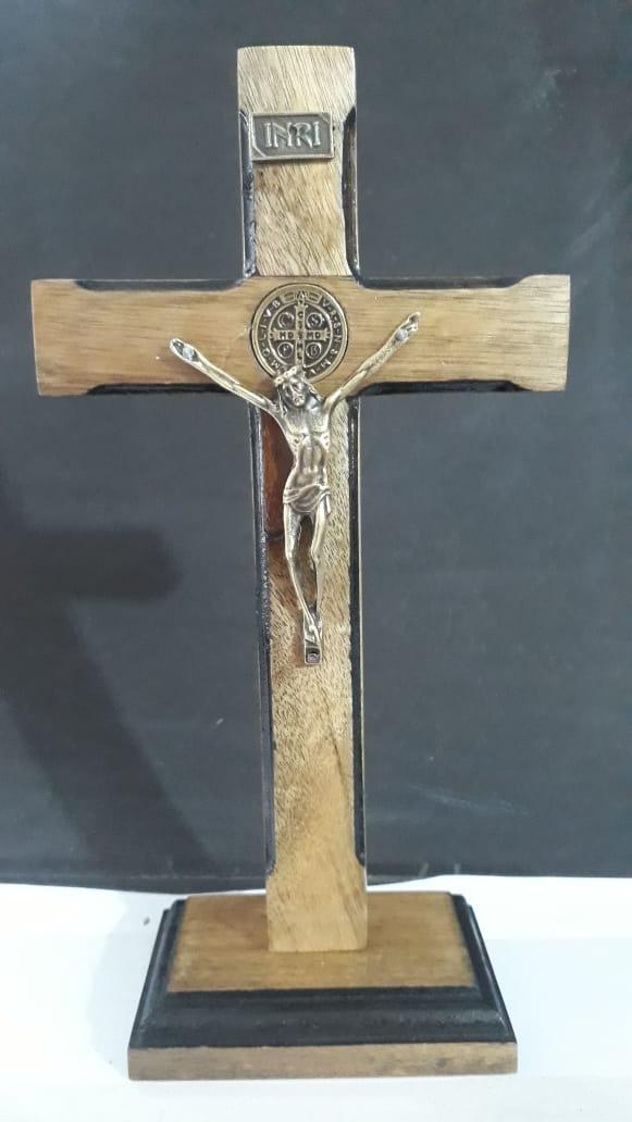 CX51 - Crucifixo Madeira Medalha São Bento Contorno 25cm c/ Base  - VindVedShop - Distribuidora Catolica