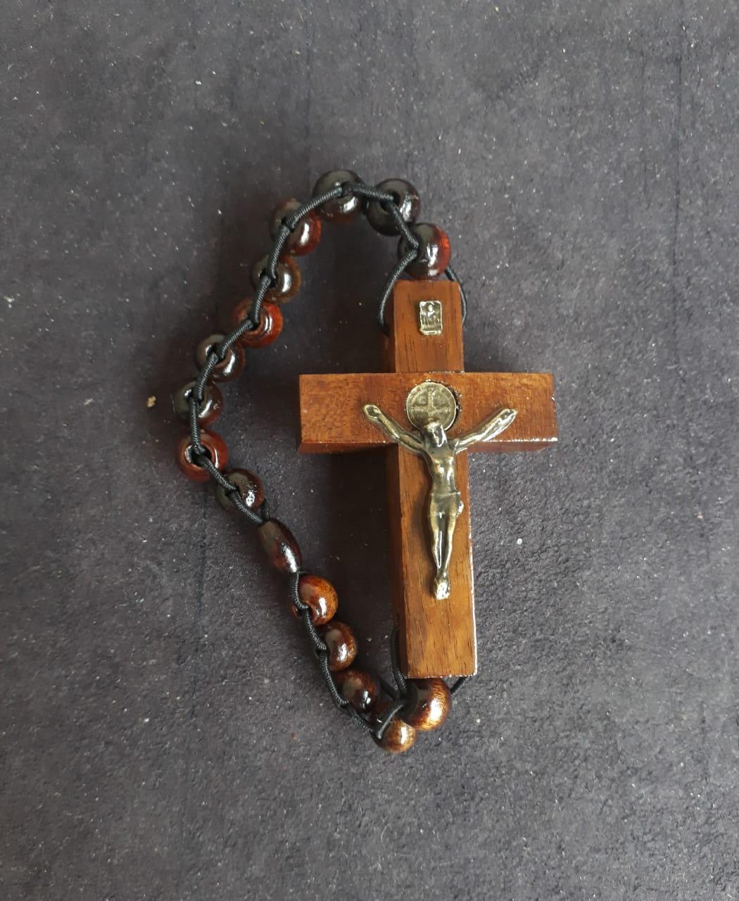 PUL65 - Pulseira Trançada Madeira Cruz São Bento 60mm Marrom c/ Oração  - VindVedShop - Distribuidora Catolica