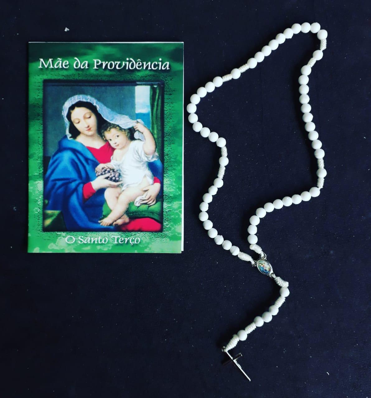 TR29 - Mãe da Providencia o Santo Terço Plastico 5mm c/ Oração  - VindVedShop - Distribuidora Catolica