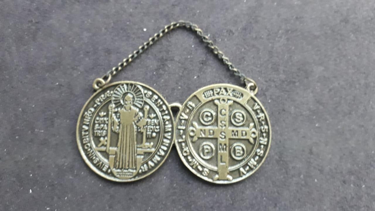 WE45 - Medalhão Porta São Bento 40mm Ouro Velho  - VindVedShop - Distribuidora Catolica