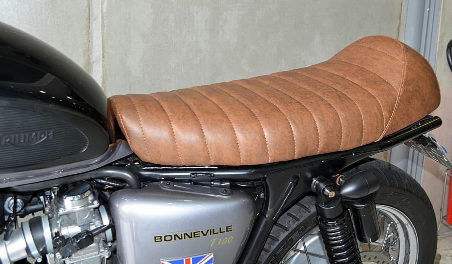 Banco Semi Rabeta para Triumph Bonneville T100 Marrom Envelhecido - Pedrinho Bancos