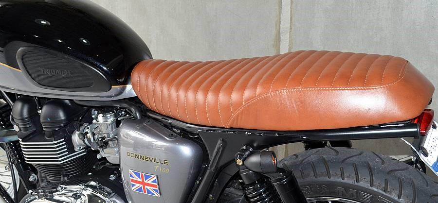 Banco Flat para Triumph Bonneville T100 Couro Caramelo - Pedrinho Bancos