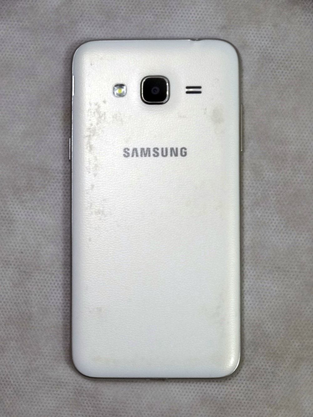 Smartphone Samsung Galaxy J3 Dual Chip Android 5.1 Tela 5'' 8GB 4G Wi-Fi Câmera 8MP - Branco