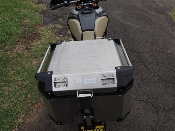 Baú Givi Trekker OUTBACK 42 LITROS (OBK42A)  - Nova Suzuki Motos e Acessórios