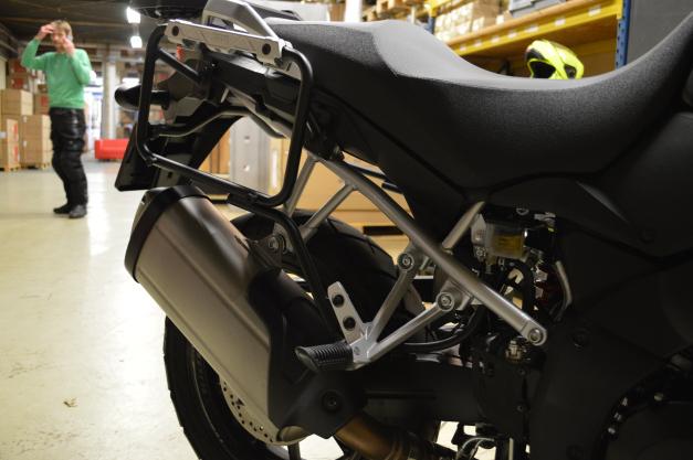 Suporte Lateral PL3101CAM para baú Givi TREKKER OUTBACK - V-Strom 650 (12 à 17) - Pronta Entrega  - Nova Suzuki Motos e Acessórios