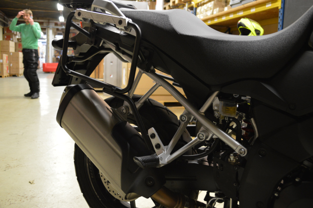 Suporte Lateral PL3105CAM para baú Givi OUTBACK TREKKER - V-Strom 1000 2014 - Consulte-nos  - Nova Suzuki Motos e Acessórios