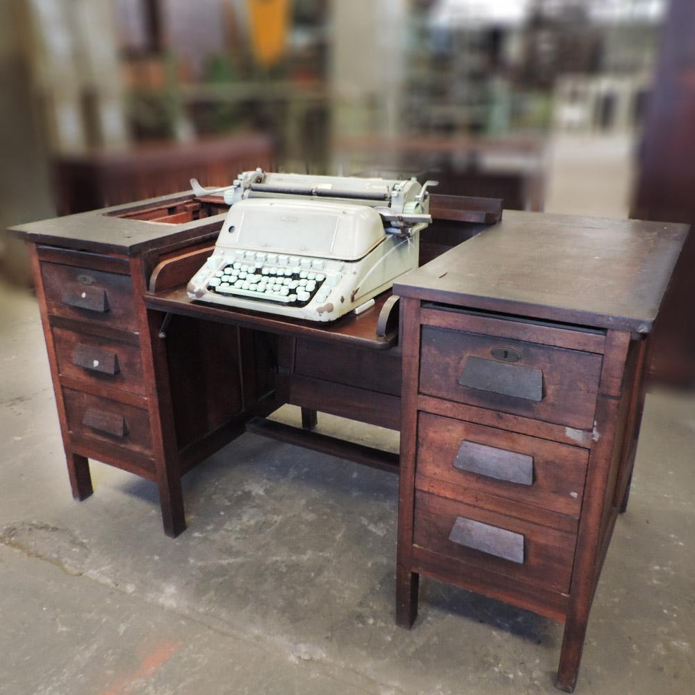 Mesa De Madeira Para Escritório Com Máquina de Escrever – Ba36 – Usada